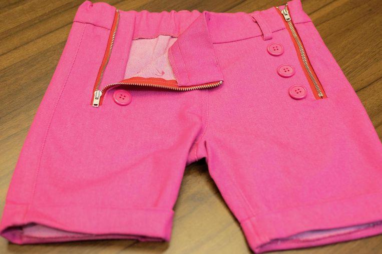 Deze broek heeft aan weerszijden ritssluitingen, zodat die breder gemaakt kan worden. Handig voor bijvoorbeeld kinderen met beenbeugels.