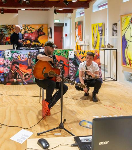 Geen kunstverbranding in Zwolle, online kijker biedt grif op werk van Bökkers-gitarist