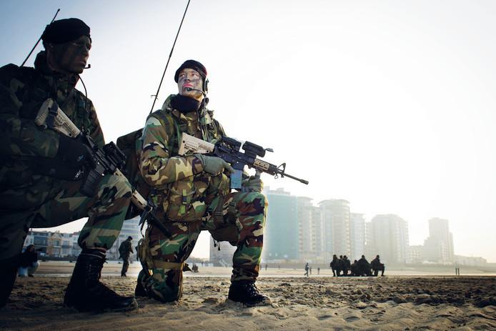 Het Korps Mariniers voert tijdens een oefening een landing uit op het strand van Vlissingen.
