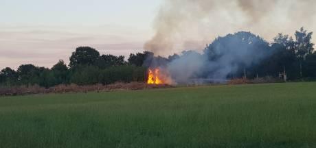 Berm langs Maanderdijk vat voor tweede maal vlam, vuur laait hoog op