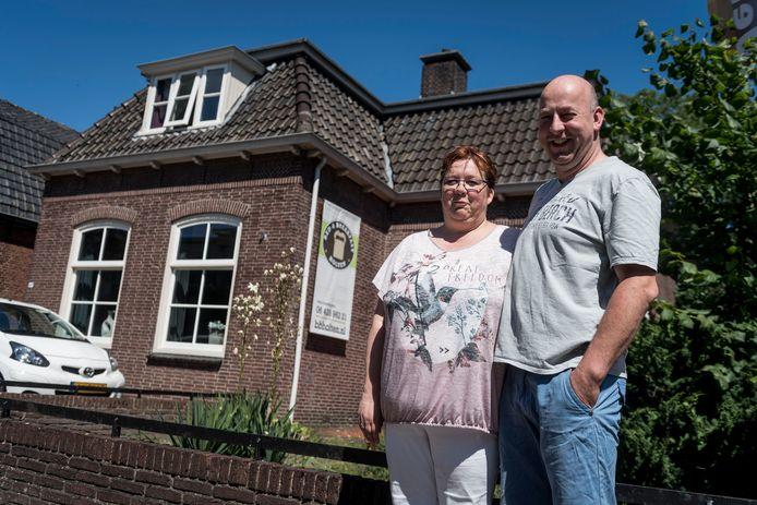 Het echtpaar Miranda en Peter Nij Bijvank bij de Bed & Breakfast in Holten, enkele jafren geleden.