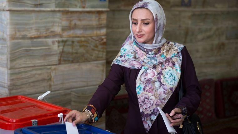 Een vrouw stemt in de Iraanse plaats Qom. Beeld getty