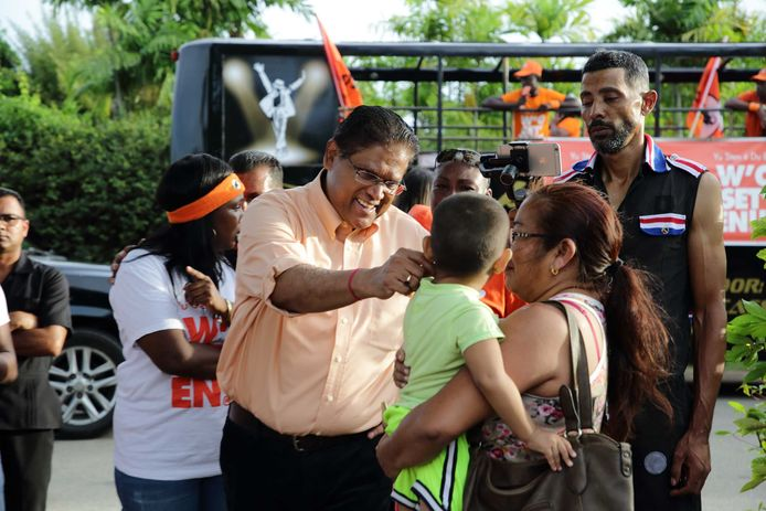 Chan Santokhi van de VHP, de grootste grootste oppositiepartij in Suriname, tijdens een campagne.
