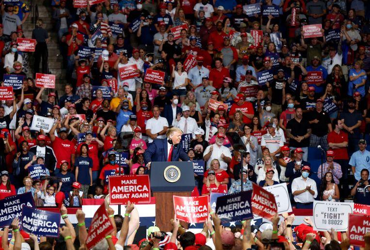 Bij de rally van president Donald Trump in Tulsa stonden mensen op elkaar gepakt, de meesten zonder mondmasker.
