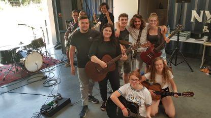 Jongeren leren zingen en gitaarspelen op vierdaags kamp
