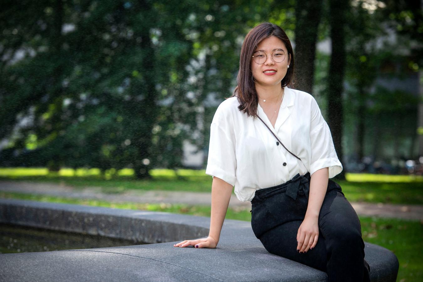 """Siqi Sun op de campus van Tilburg University. Ze wil graag Nederlandse les aan de universiteit volgen, maar er is geen plek voor haar. ,,Blijkbaar wil iedere internationale student dat vak volgen."""""""