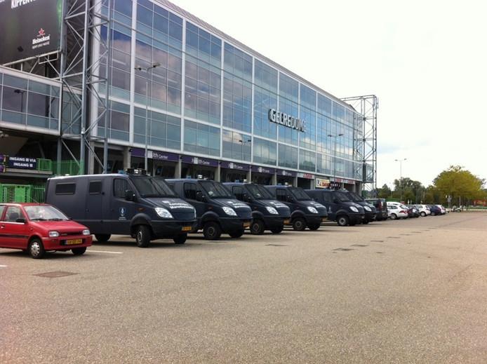 Busjes van de ME van de Koninlijke Marechaussee bij GelreDome in 2012 voor het aangekondigde Project X-feest in Arnhem.