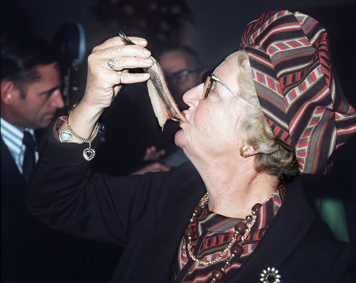 Koningin Juliana eet een harinkje tijdens het Leidens Ontzet in 1974