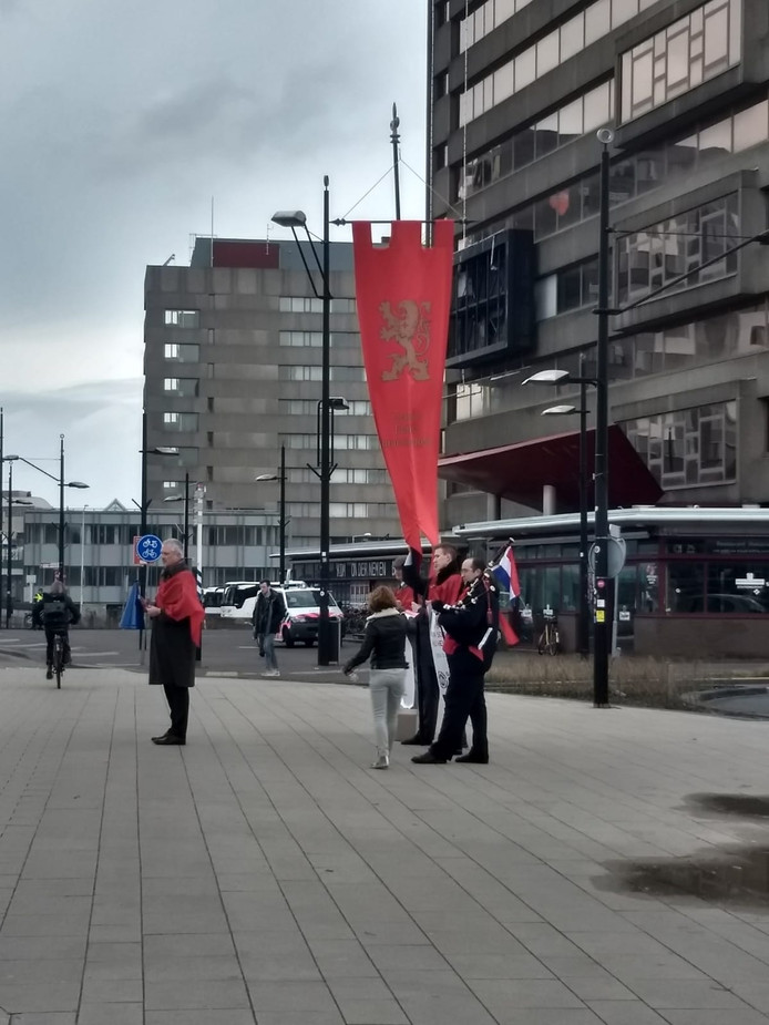 Civitas Christiana was zaterdagochtend op het stationsplein om flyers uit te delen.