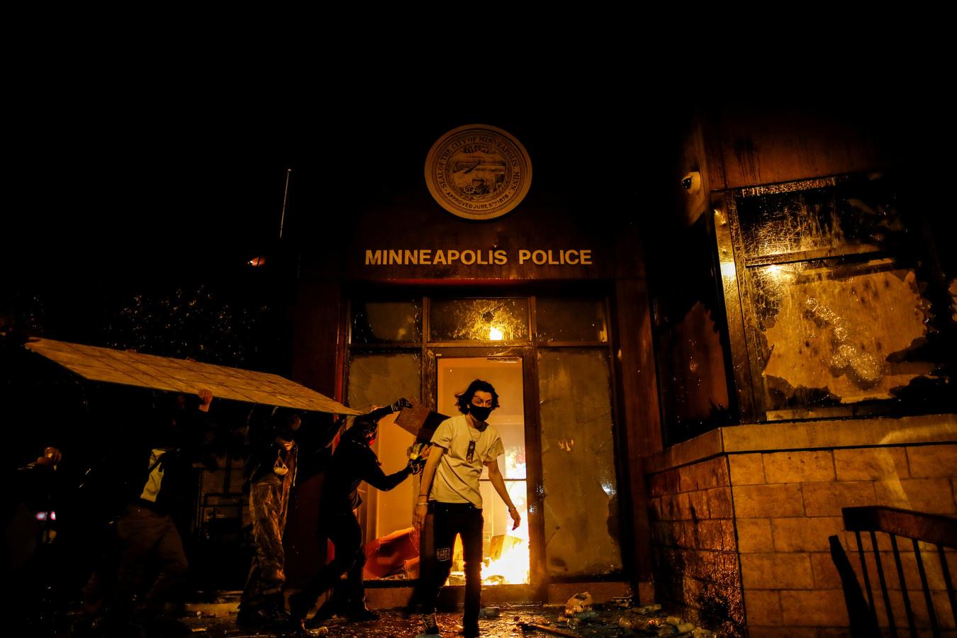 Betogers stichtten brand in een politiebureau in Minneapolis.