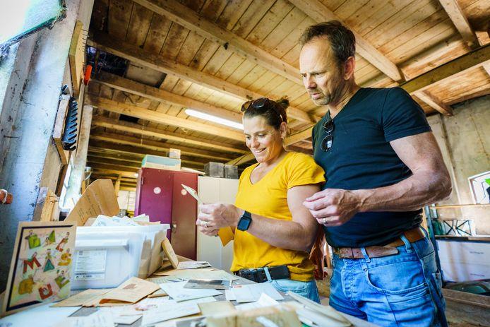 Lidewij Crama en Jacques vonden tijdens de opruiming van de zolder in hun nieuwe woning een doos met oude brieven, kaarten en foto's.