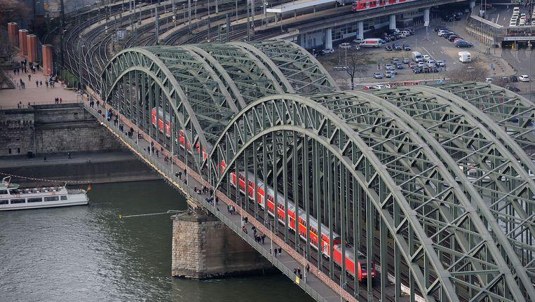 Een regionale trein rijdt over de Hohenzollernbrug (boogbrug) in Keulen. Beeld epa