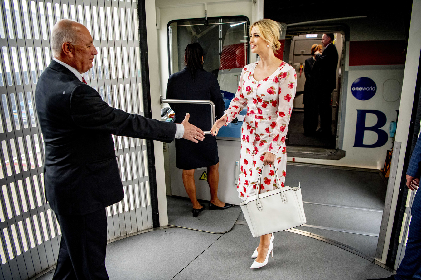 Begin juni verwelkomde ambassadeur Pete Hoekstra Trumps' dochter Ivanka nog in Nederland. Nu zou hij door haar vader terug naar Washington worden geroepen.