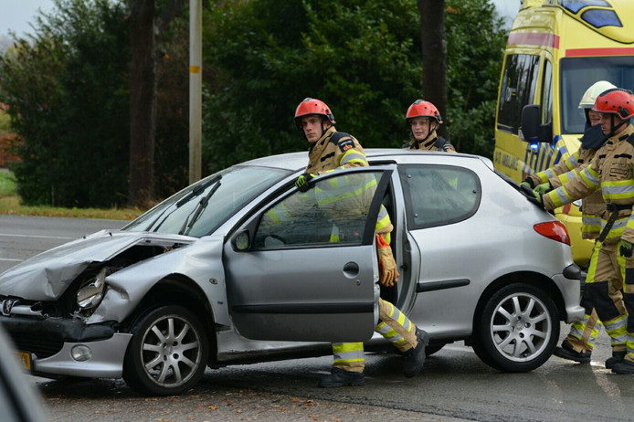 Bij een aanrijding tussen twee voertuigen, op de N344 bij Steenenkamer, is een automobiliste gewond geraakt.
