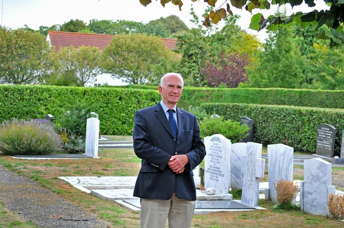 """Adri Moelijker  trok afgelopen najaar bij de gemeente aan de bel toen hij op de begraafplaats van Bruinisse (foto) ontdekte dat er grafstenen waren verdwenen. ,,Verschrikkelijk. Want grafstenen horen bij de dorpsgemeenschap"""", vindt hij."""