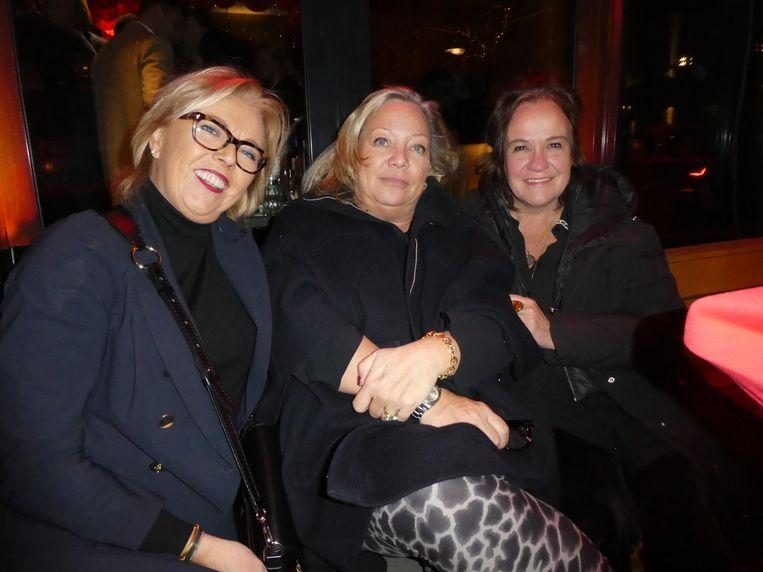 Anja Bronkhorst, moeder van zanger Wesly, Yvonne Toonen (HR-manager) en rock-'n-roll widow Xandra Brood. Buiten is het al net zo gezellig. Beeld Hans van der Beek