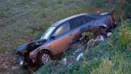 Auto belandt in lager gelegen veld na ongeval met lijnbus