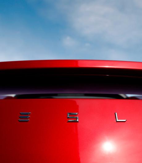 Slapende bestuurder uit Meppel in rijdende Tesla krijgt boetes en rijverbod