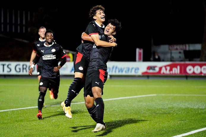 Ismael Saibari viert de 1-2 van Jong PSV met Richie Ledezma.