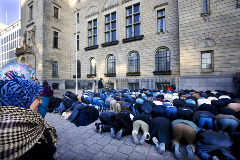 Demonstranten bidden voor het stadhuis op de Coolsingel in Rotterdam voor vrede tegen de Israelische bombardementen op de Gazastrook. Foto ANP/Robin Utrecht Beeld