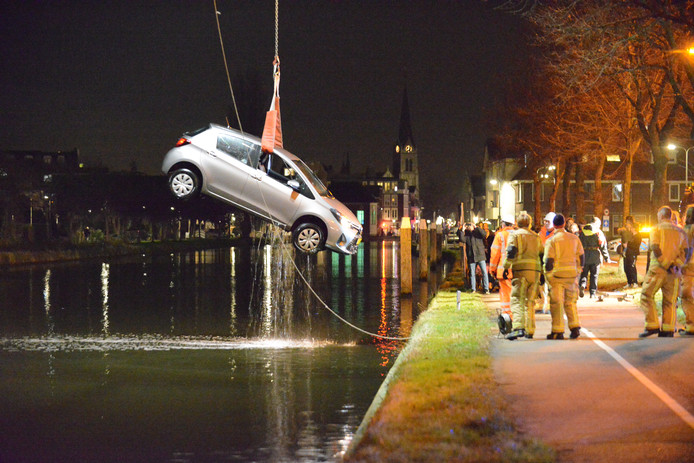 Brandweerduikers wisten de auto weer op het droge te krijgen