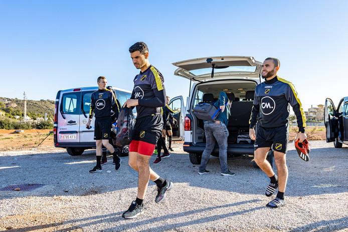 Verschueren, Karami en El Allouchi op weg naar het veld.