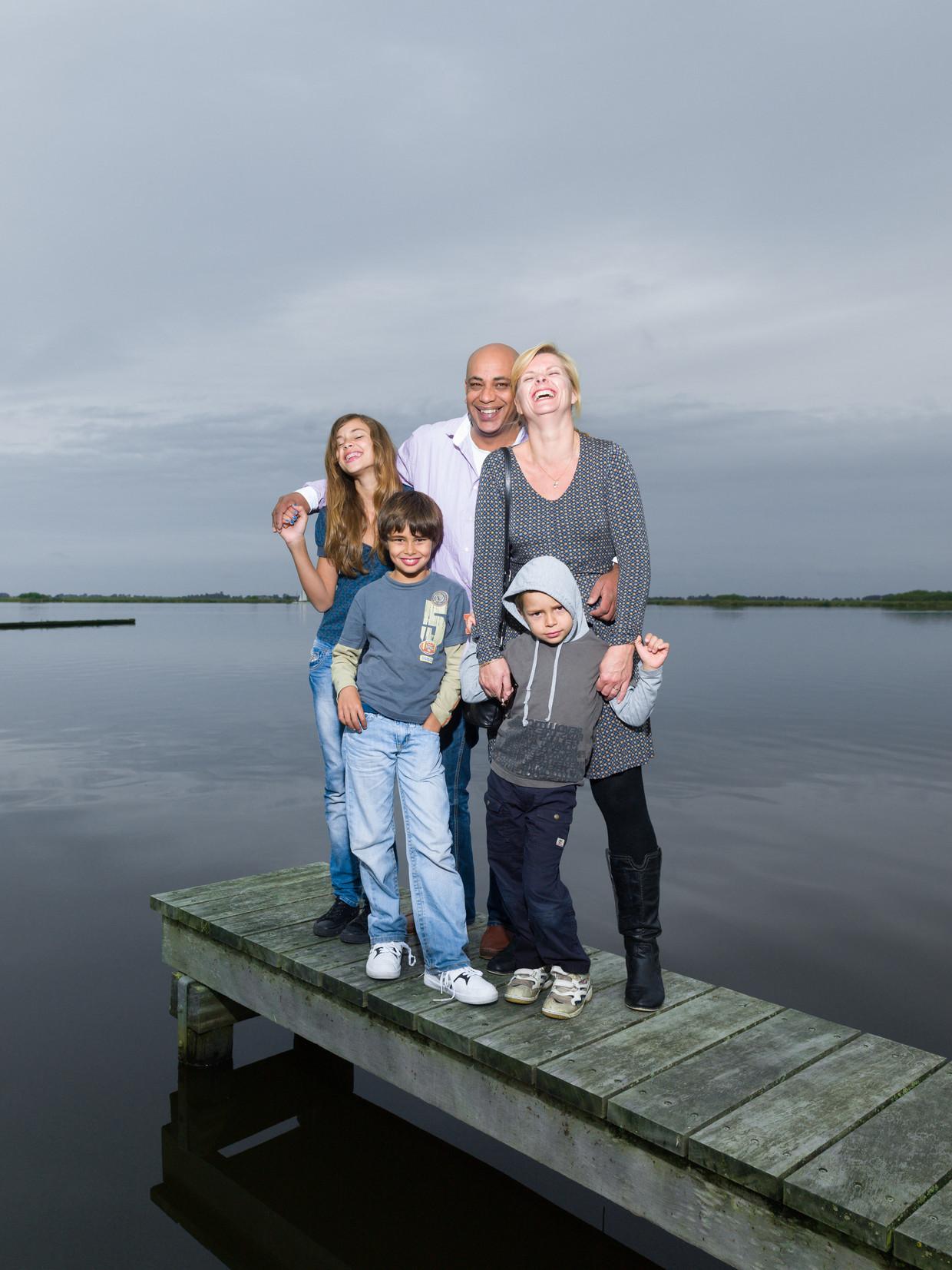 Greta Riemersma met haar gezin. 'Al 25 jaar hoor ik dingen als: 'Als je een probleem hebt, kijk naar de palmboom die doorbuigt onder de wind. Hij veert altijd terug''