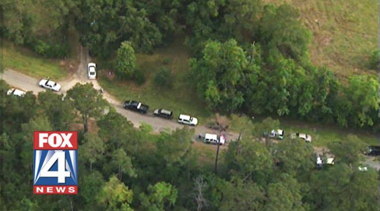 Politieagenten zoeken in Liberty County op de plaats waarvan gemeld werd dat er een massagraf zou zijn. Beeld null