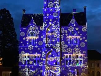 Winterse lichtshow op gevel gemeentehuis