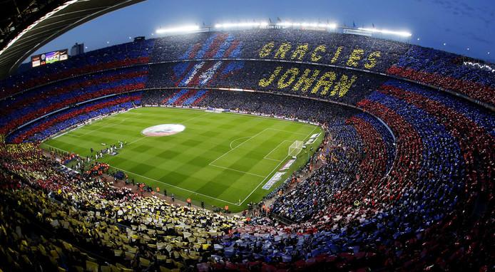FC Barcelona verliest in de Primera Division met 2-1 van Real Madrid, maar het gaat in CampNou op deze dag alleen maar over het overlijden van Johan Cruijff.