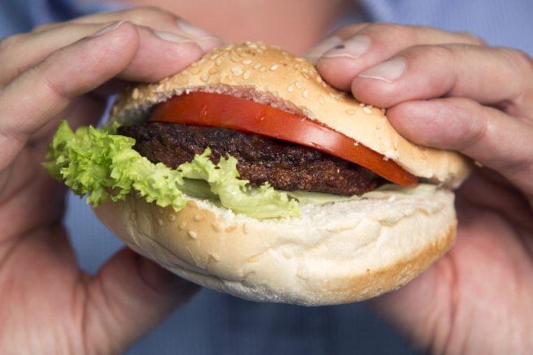De eerste kweekvleeshamburger, die ontwikkeld werd door de Nederlandse pionier Mark Post.  Beeld Getty Images