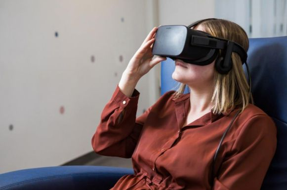 Via de VR-bril kan je beangstigende situaties nabootsen, met een positief effect op de behandeling.