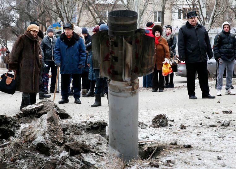 Burgers kijken naar de resten van een raket in Kramatorsk Beeld reuters