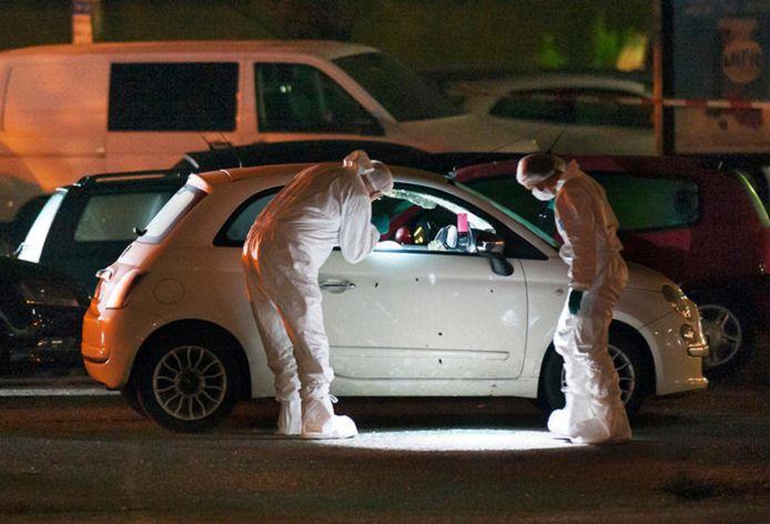 De auto van Aziz Anzi wordt bij het voormalige AC Restaurant in De Meern (nu La Pace) op sporen onderzocht. Het slachtoffer werd op 19 september 2015 om het leven gebracht.