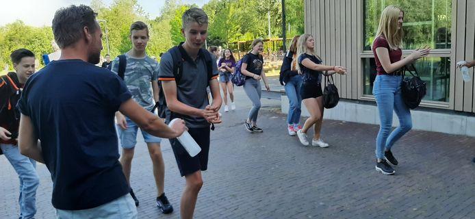 Leerlingen moeten de handen wassen voordat ze de school binnen gaan, zoals hier in Ubbergen.