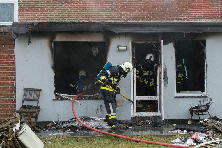 De brandweer probeert de laatste vlammen te doven .