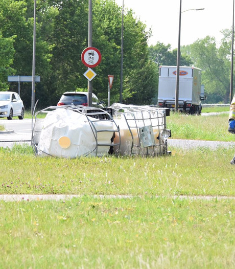 Vrachtwagen verliest vier containers smeermiddel in Hardenberg