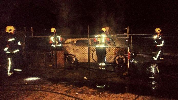 De brandweer blust het voertuig.