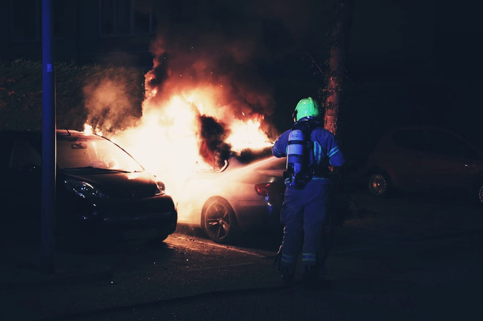 De auto brandde volledig uit.