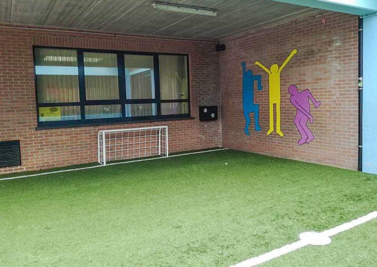 Een heus kunstgrasveld voor de jonge voetballertjes op school.