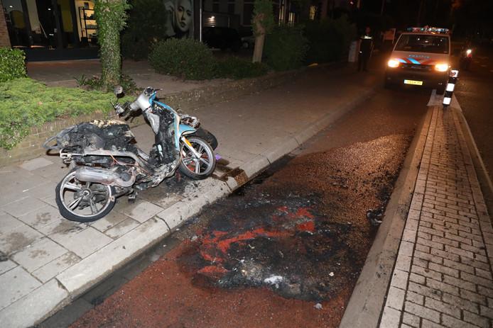 Uitgebrande scooter.