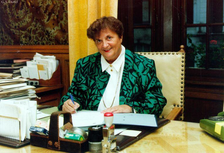 Clem Van Winkel aan haar bureel in het gemeentehuis in 1993.