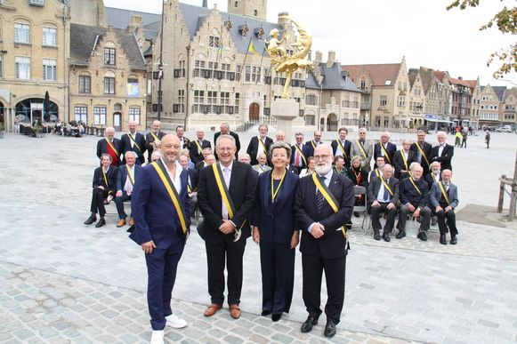 De nieuwe ridders Dominique Persoone, Piet Desmet en Ingeborg samen met voorzitter Johan Colpaert