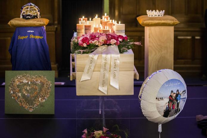 De kist van de 20-jarige Lotte van der Zee omgeven door bloemen en persoonlijke spullen in de Grote Kerk op de Oude Markt in Enschede.
