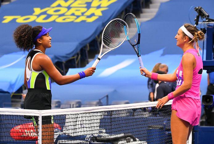 De finale tussen Naomi Osaka (links) en Victoria Azarenka staat op punt van beginnen.