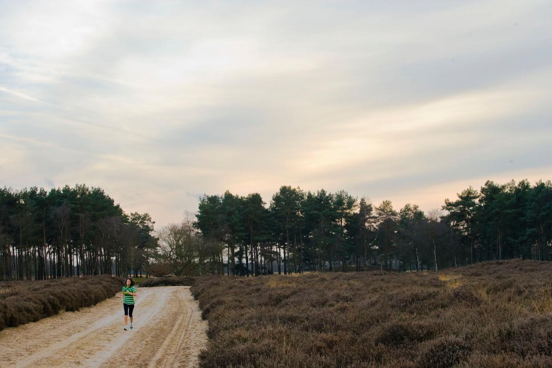 Een hardloper op de hei in Drenthe.