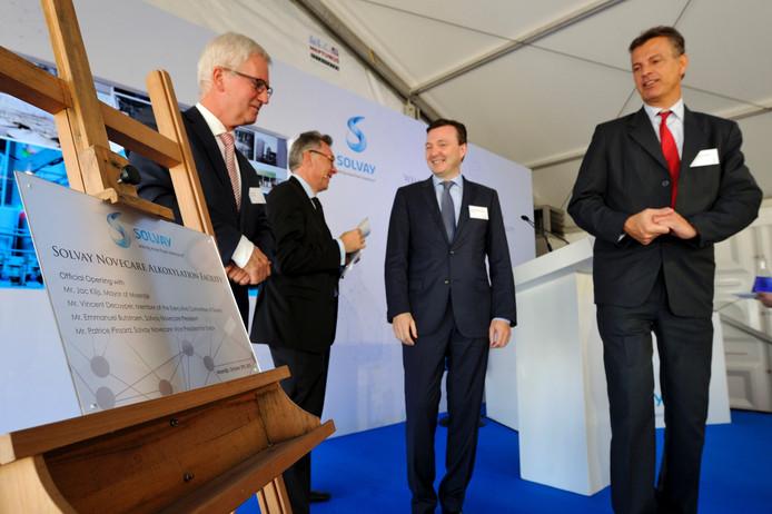 Met het onthullen van een plaat is de fabriek van Solvay geopend. Vlnr: Jac Klijs, Patrice Pinsard, Emmanuel Butstraen en Vincent De Cuyper.