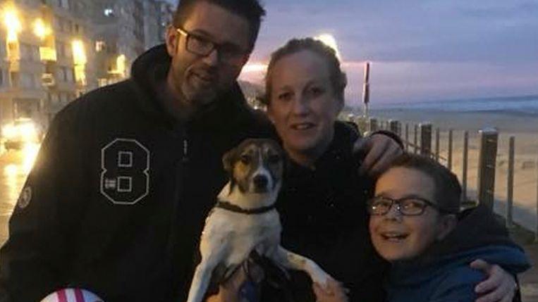Natasja met haar gezin en hondje Kira tijdens aan wandeling.