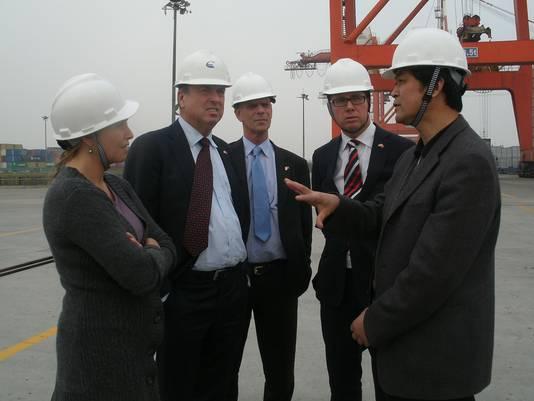 Een WestBrabantse delegatie die eerder de haven van Yangzhou bezocht, met tweede van links de toenmalige burgemeester van Breda, Peter van der Velden.