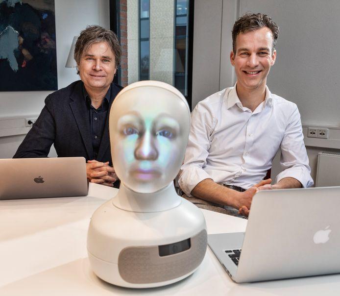Jan Kwint en Ivo Winkes met in het midden LTP-robot Sigmund.
